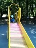 1歳1ヶ月の自分で滑り台